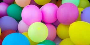 Insieme di palloncini di vario colore